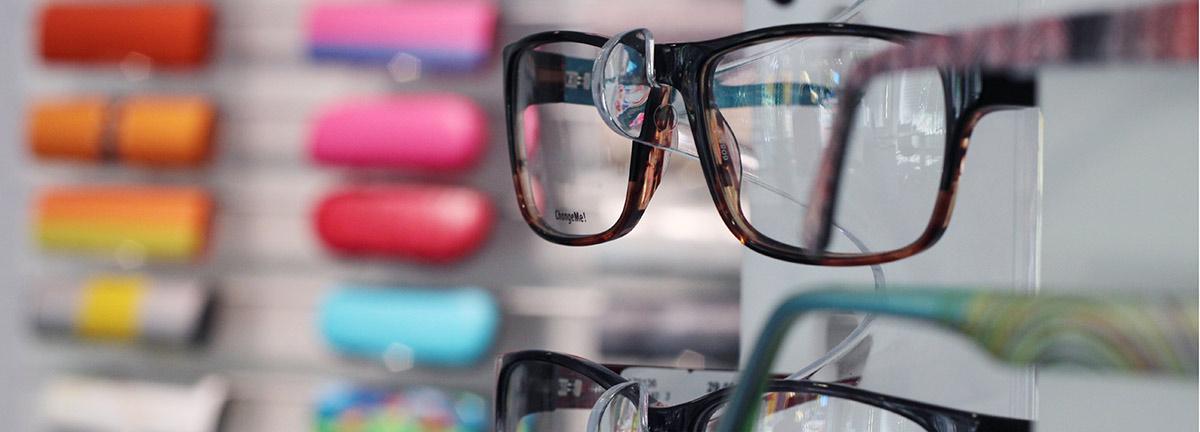 Brillen und Etuis